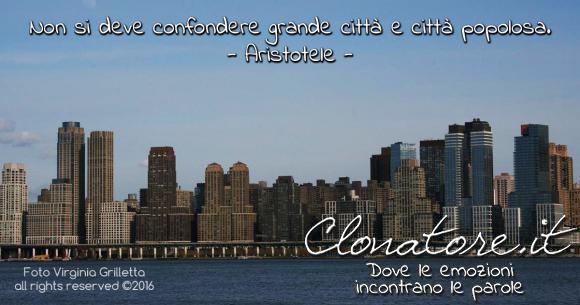 Non si deve confondere grande città e città popolosa.  - Aristotele